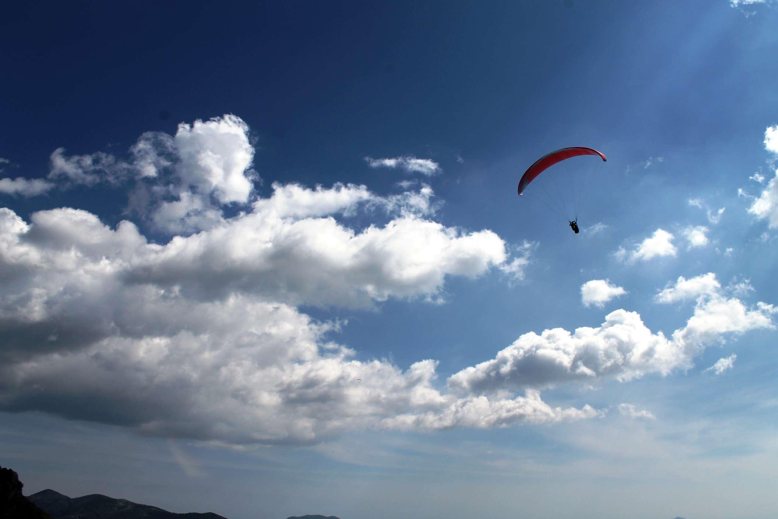 volo in cielo con parapendio biposto